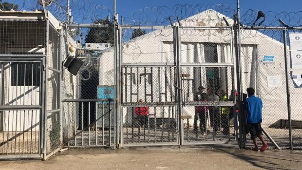 Множество с COVID-19 в трети център за мигранти в Гърция