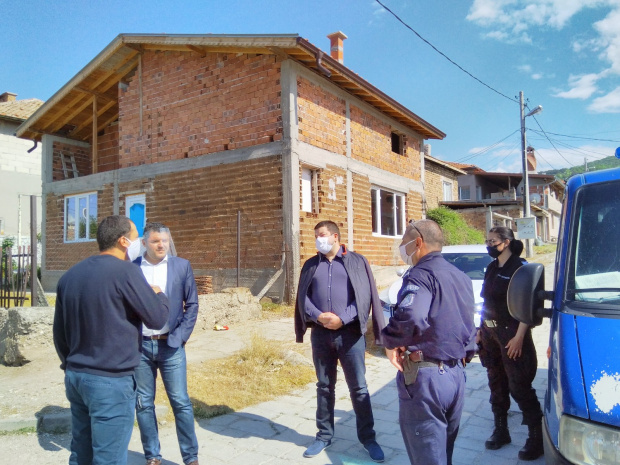 Полицаи отидоха да спрат шумен купон в Провадия, но ги посрещнаха с брадва и им нанесоха побой