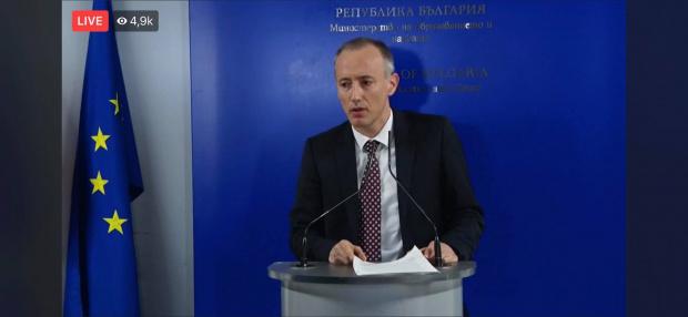 Министър Красимир Вълчев отговаря на депутатски въпроси в комисията по