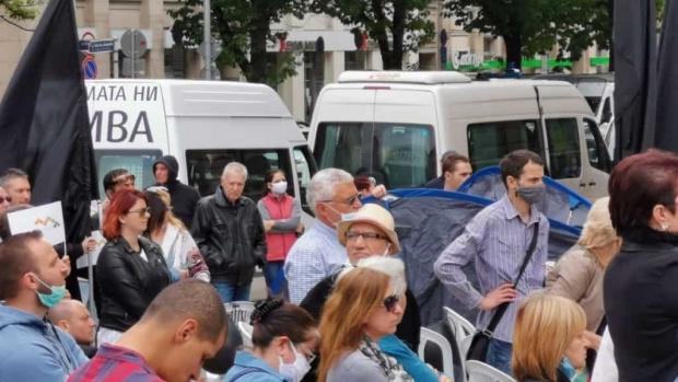Протест с искане за оставката на правителството събра около 50
