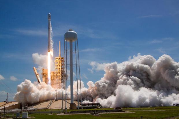 НАСА се готви да изпрати тази вечер двама астронавти в