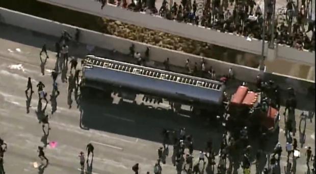 Подивялата тълпа от протестиращи срещу расизма в Минеаполис линчува тираджия (ВИДЕО)