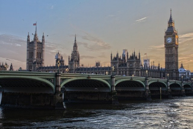 Британското правителство защити разпоредба в ограничителните мерки след твърдения, че