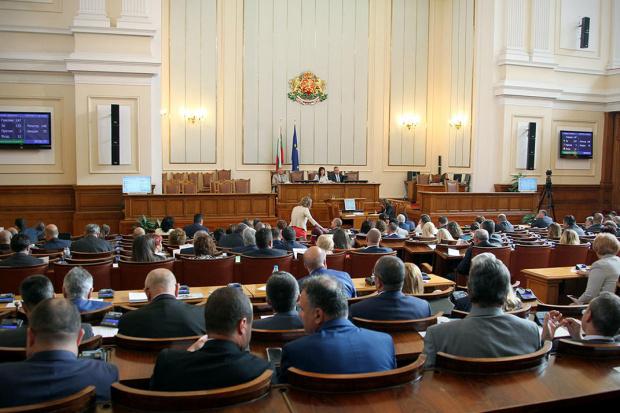 Депутатите без маски прод прицела на РЗИ