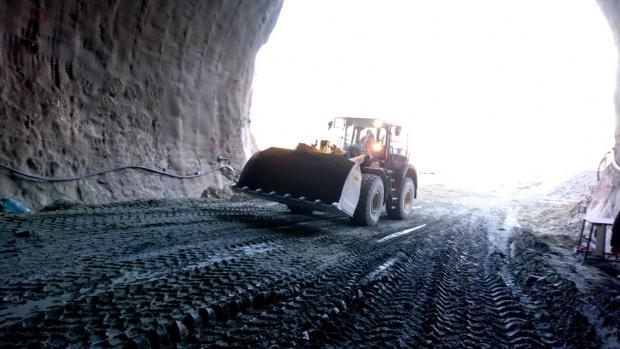 """Масови тестове на работещи по тунела """"Железница"""", съобщава Нова телевизия."""