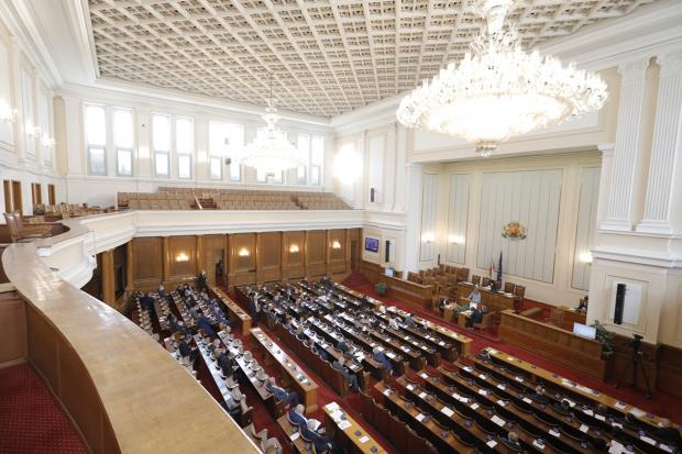 За пореден път заседанието на парламента започна с остър спор