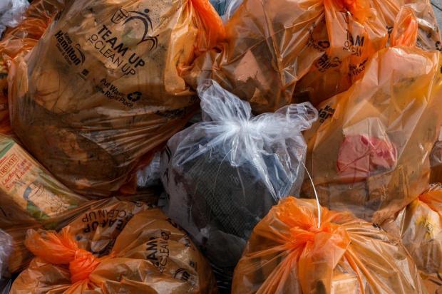 Десетки тонове боклуци заровени край Червен бряг