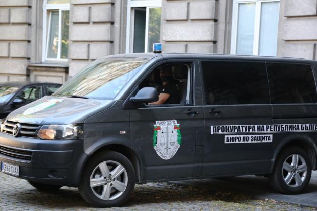 Прокурори влязоха в президентската институция, предаде БГНЕС. Колите на прокуратурата