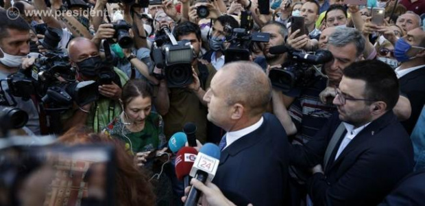 Президентът Румен Радев отново излезе сред хората на протеста в