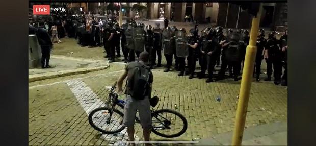 Ескалира напрежението между протестиращите и полицията на протестите в Триъгълника