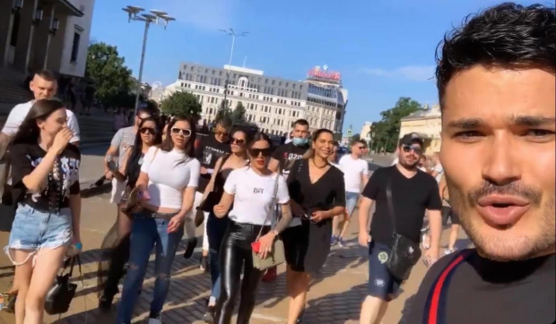 Известни поп фолк певци се включиха в протеста пред МС,