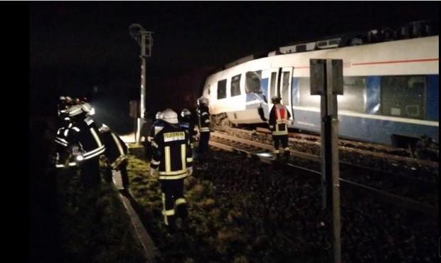 Десетки хора бяха ранени след сблъсък между пътнически и товарен