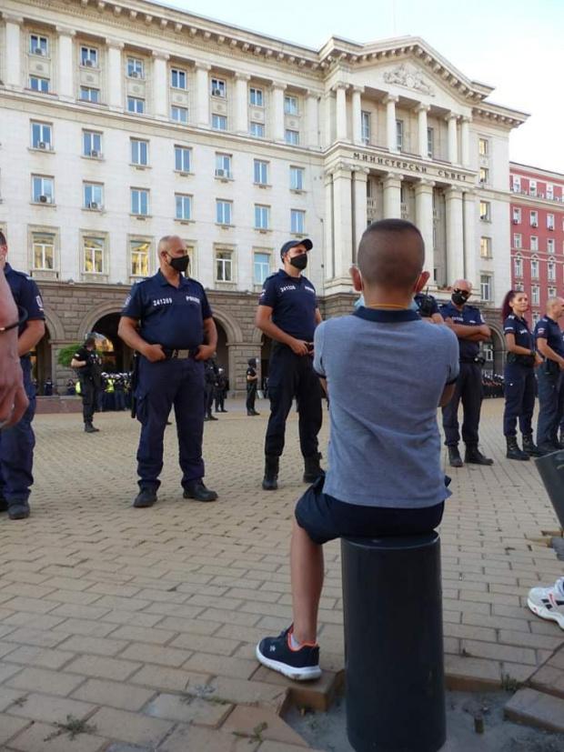 Известен журналист разби на пух и прах полицията: Версията им за безредиците е абсолютна лъжа, униформен бе виновният