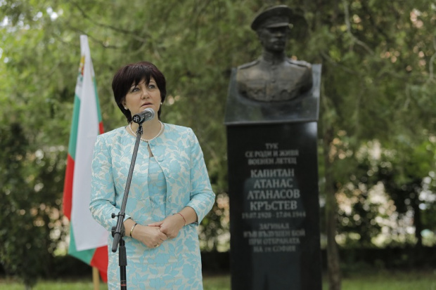 Председателят на Народното събрание Цвета Караянчева коментира, че евентуално преминаване