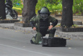"""Екшън пред парламента, СОБТ взриви празен куфар с надпис """"Бомба"""" (ВИДЕО)"""