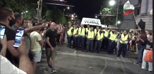 """Напрежение на Орлов мост: Кордон от полицаи не допускат буса на """"Системата ни убива"""" (НА ЖИВО)"""