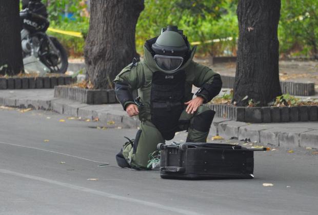 "Куфар с надпис ""Бомба"" срещу парламента вдига на крак антитерористите"