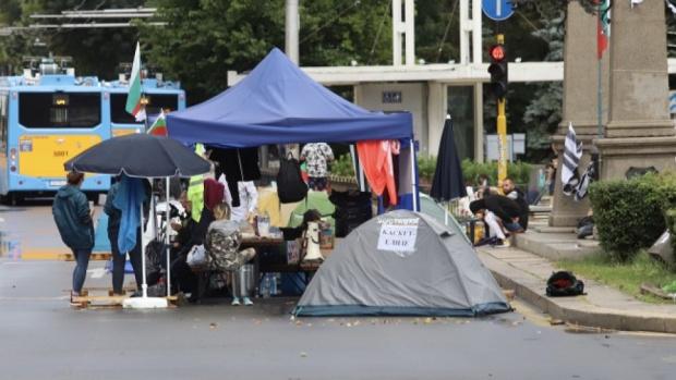 Полицията изненада протестиращите на палаткови лагери в ранните часове тази