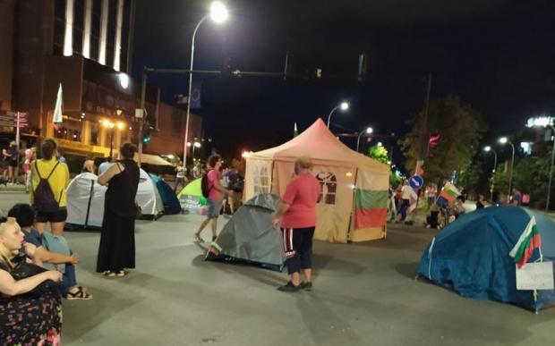 Десетки протестиращи се събраха итази вечер на площада пред сградата