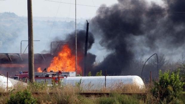Цистерна, превозваща битум, се е взривила на пътя. Инцидентът се