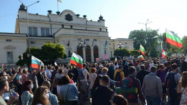 Протестиращите, които са пред сградата на Народното събрание и стават