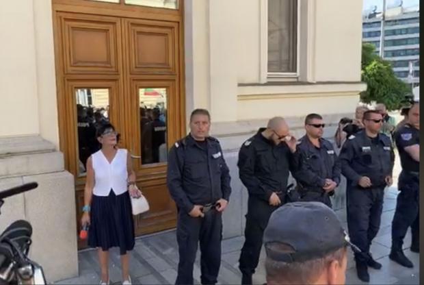 Ива Николова е заклещена от терористи пред НС, които я