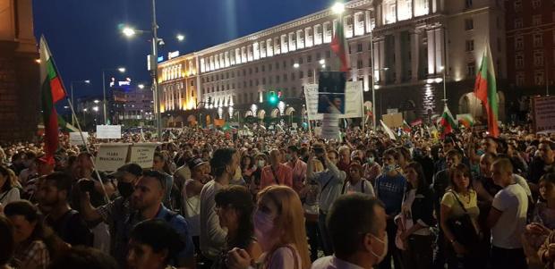 38-и пореден ден хиляди граждани са по улиците и площадите