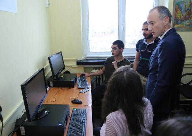 Без решение за дистанционно обучение приключи срещата между Вълчев и родителите