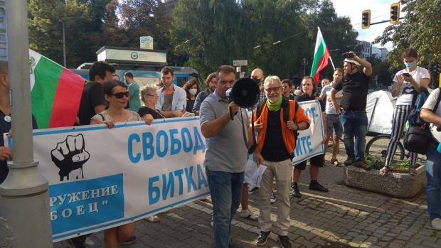 """Задържаха симпатизант на """"БОЕЦ"""" при опит да стигне до протеста срещу Гешев(ВИДЕО)"""
