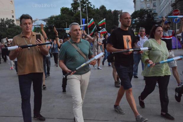 На площада ехти: Днес ще бъде последният ден на мирен протест! Хората идват, за да метат ВИДЕО+СНИМКИ