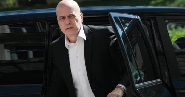 Слави Трифонов ще съди България заради отказа от регистрация на