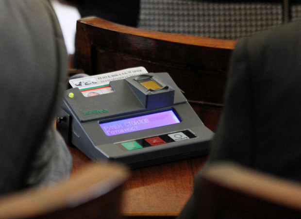 Съдебно обжалване бави обществената поръчка за нова система за гласуване