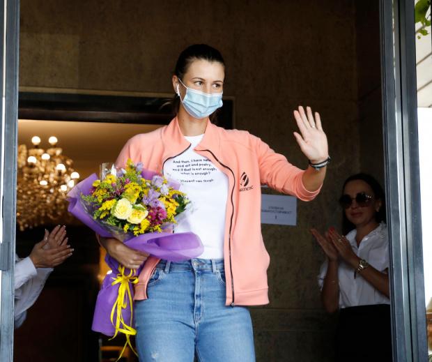 Героинята Пиронкова бе посрещната с аплодисменти и група D2 на ВИП-а на летище София