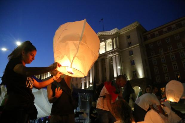 """НА ЖИВО Култовият №69 на протестите тече: Фенери полетяха в небето, пуснаха кавър на """"Батальона се строява"""""""