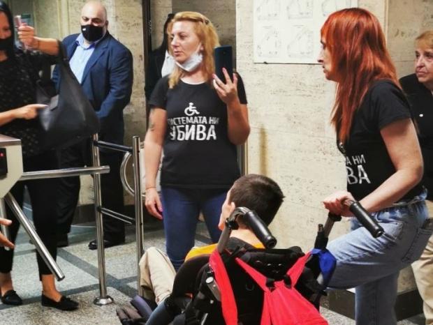 Барикадиралите се в парламента майки получиха подкрепа и отвън