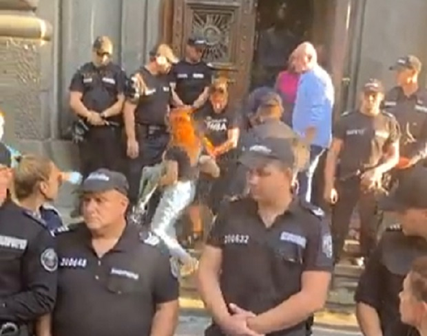 Полиция и НСО изкараха от парламента барикадиралите се майки