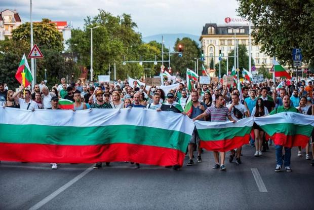 Протестиращи в Пловдив подкрепятНародното въстание в столицата. Те започнаха да