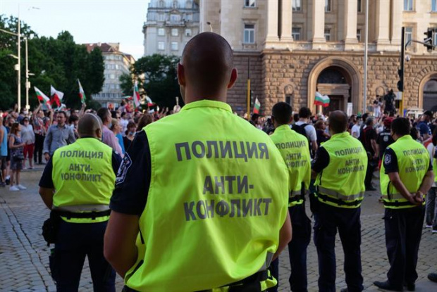 Полицейски служител от СДВР е ранен в главата, след като