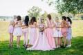 Шаферка позира за сватбена снимка с нетипичен аксесоар