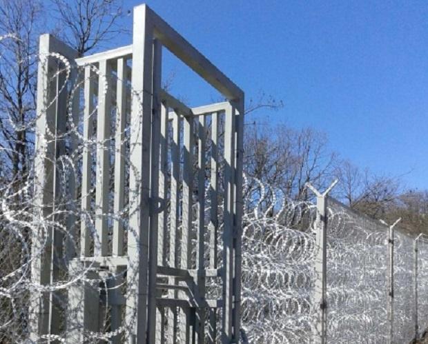 Гърция вдига ограда срещу мигранти на границата с Турция