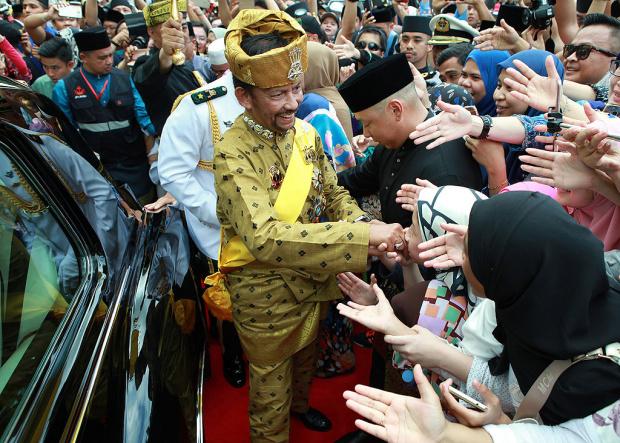 Какви са прищевките на най-богатия монарх в света - султанът на Бруней, който печели по 6240 долара на минута