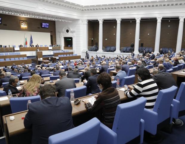 Изгониха депутат от Парламента, отказал да си сложи маска