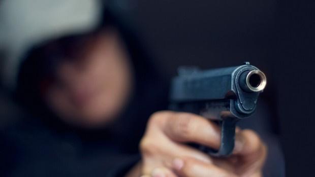Жена се качи на рейс във Враца, направи се на контрольор и заплаши с пистолет бременна