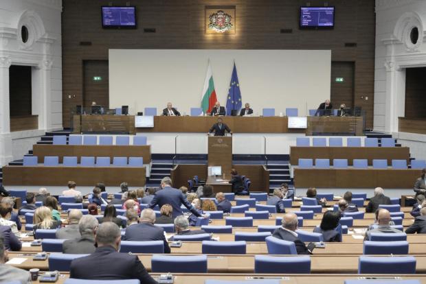 Депутатите не могат да започнат днешното си пленарно заседание поради