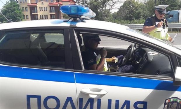 Неизвестни стреляха по криминално проявен мъж пред казино в София.