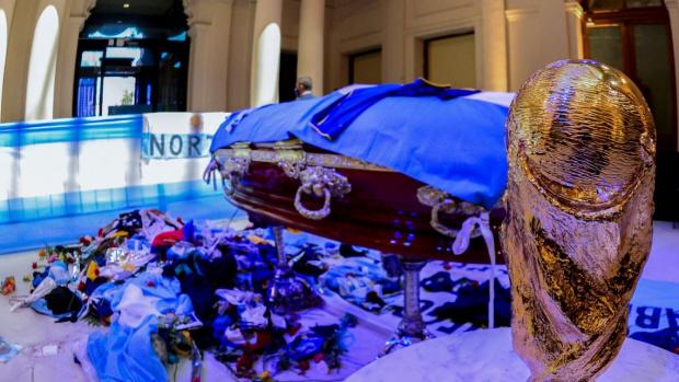 Марадона бил погребан без сърцето си, което е извадено, защото е било с огромен размер