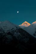 Под прикритието на мрака стотици скиори прекрачиха COVID-19 ограниченията в курорт в швейцарските Алпи