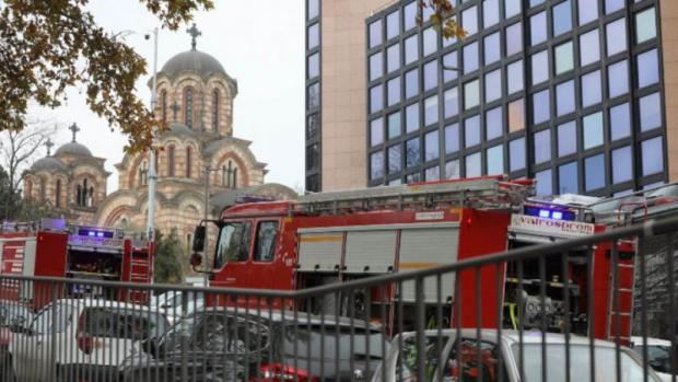 Експлозия пред държавната телевизия в Сърбия уби един и рани тежко двама, много коли са пометени