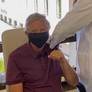 Гейтс се ваксинира срещу COVID-19