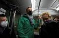 ВИДЕО Оцелелият след отравянето Навални кацна в Русия и веднага бе арестуван